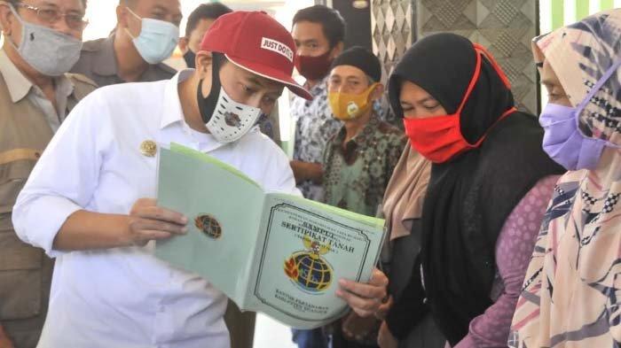 Beri Kepastian Status Hukum Tanah Warga, Bupati Nganjuk Serahkan 464 Sertifikat Tanah Program PTSL