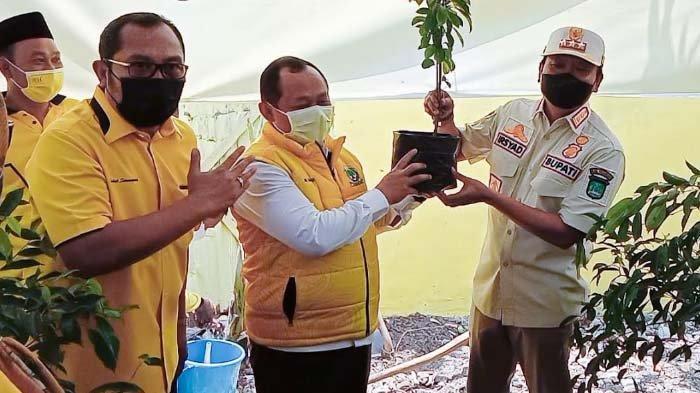 Selain Vaksinasi, Partai Golkar juga Serahkan Bibit Pohon Sirsak kepada Bupati Pasuruan