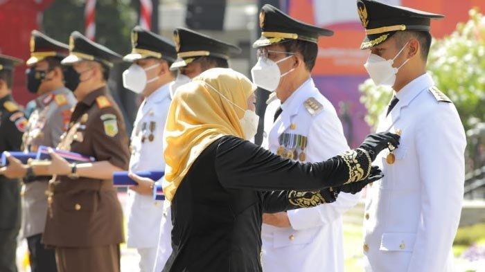 Sukses Kembangkan Kompetensi ASN di Tuban, Bupati Lindra Dapat Lencana Jer Basuki Emas dari Gubernur