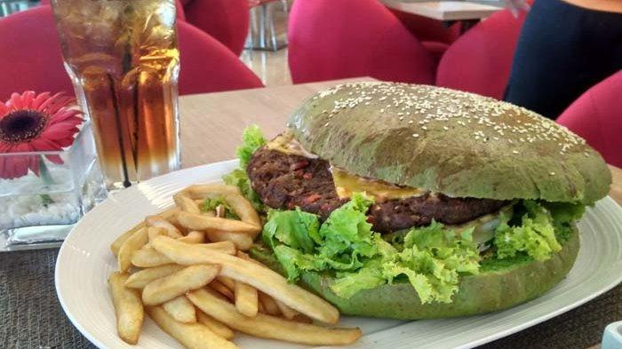 Burger Pedas Jumbo di Swiss-belinn Manyar Surabaya Ini Gratis Jika Mampu Habiskan 15 Menit