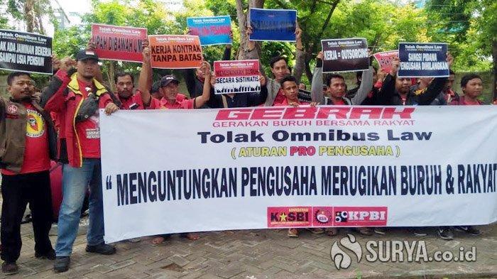 Takut Haknya Dihapuskan, Massa Buruh Gelar Demo Tolak Omnibus Law di Kantor Pemkab Gresik