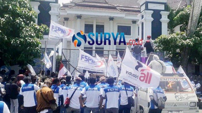 FSPMI Konsulat Cabang Tuban berunjuk rasa tuntut kenaikan UMK di Pemkab Tuban, Kamis (12/11/2020
