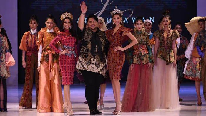 VIDEO - Igun Pamer 15 Busana Paduan Batik & Tenun Jawa Timur dalam East Java Fashion Harmony 2019