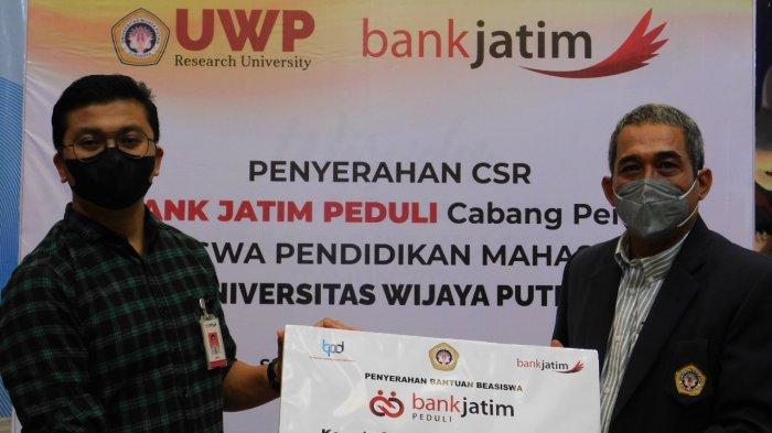 Bank Jatim Serahkan Beasiswa pada 22 Mahasiswa UWP Surabaya