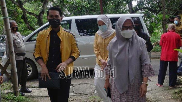 Cabup Aditya Halindra Faridzki bersama ibunya Haeny Relawati Rini Widyastuti mencoblos di TPS 9 Kelurahan Perbon, Kecamatan Tuban, Rabu (9/12/2020).