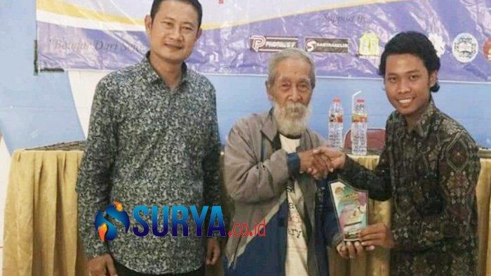 Calon Bupati Lamongan, Yuhronur Efendi (kiri) saat masih menjabat Sekda Lamongan, menghadiri kegiatan yang diikuti pemerhati sosial-politik, Eky Prasetyo (kanan) bersama  budayawan Soesilo Toer.