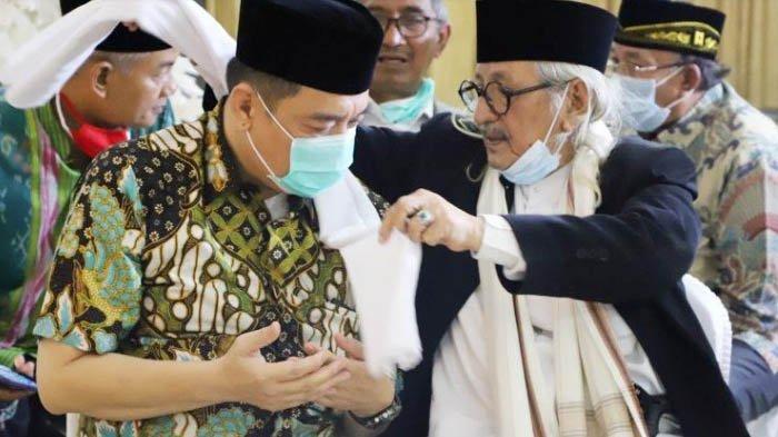 Kelana Aprilianto Dapat Hadiah Serban dari Habib Smith, Diklaim Sebagai 'Nyancang Pulung'