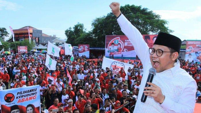 Ketua Umum DPP PKB, Abdul Muhaimin Iskandar memberikan salam pada puluhan ribu pemilih Calon Gubernur Saifullah Yusuf (Gus Ipul) dan Calon Wakil Gubernur Puti Guntur Soekarno di Kota Madiun, Kamis (21/6/2018).
