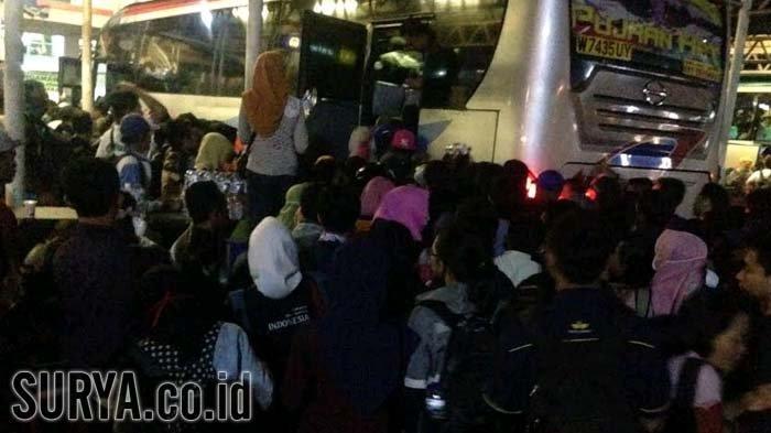 Libur Idul Adha- Ribuan Calon Penumpang di Purabaya Meluber hingga Jalur Kedatangan Bus