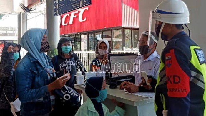 Calon penumpang KA saat melakukan pengecekan tiket di Stasiun Gubeng Surabaya, Jumat (23/10/20).
