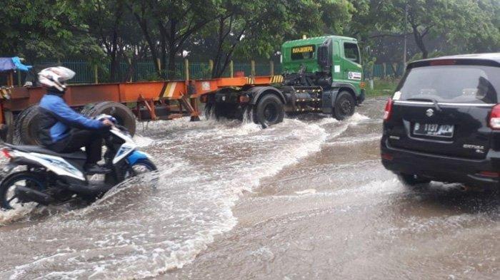 Cara Cerdik Pemotor Terjang Banjir di Jakarta, Duduk Manis Numpang Truk Trailer, Videonya Viral