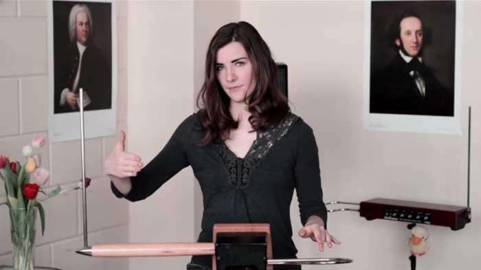 Video : Hebat! Wanita ini Bisa Mainkan Alat Musik Tanpa Menyentuhnya, Begini Caranya
