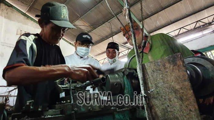 Cawali Gus Ipul Temui Perajin Logam di Kota Pasuruan, Disambati Hal Ini