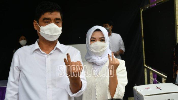 Pilwali Surabaya 2020, Mujiaman Sungkem Ibunda Sebelum Nyoblos di TPS 09 Dukuh Kupang