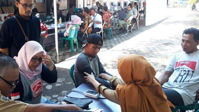 Tujuan Petugas Puskesmas di Gresik Periksa Kesehatan Para Sakai dan Petugas Pemilu