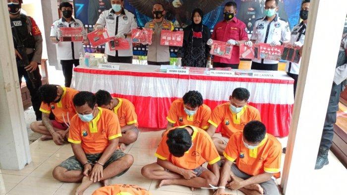 Tersangka pengedar sabu saat diinterogasi Kapolres Lamongan AKBP Miko Indrayana, Rabu (24/2/2021).