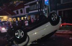 Cewek 17 Tahun Asal Surabaya Mabuk, Mobil CRV yang Disopiri Hantam PJU lalu Terbalik di Tengah Jalan