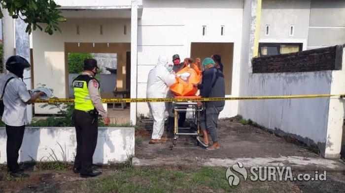Petugas saat mengevakuasi jenazah pemuda yang ditemukan gantung diri di perumahan The Graha Residence yang berada di Desa Tropodo, Kecamatan Krian, Sidoarjo, Selasa (27/10/2020). SURYA.CO.ID/M Taufik
