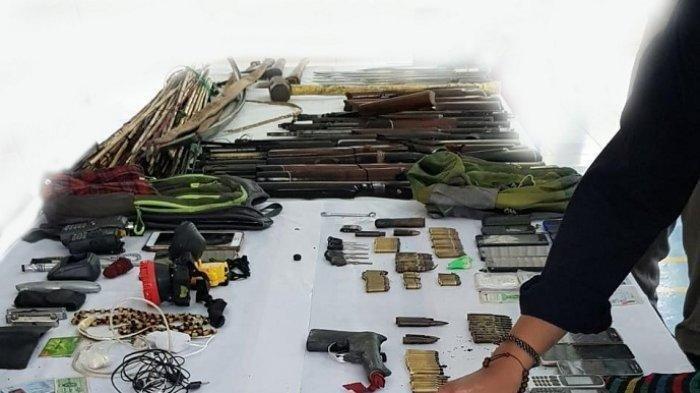 Barang bukti senjata api yang digunakan KKB di Papua