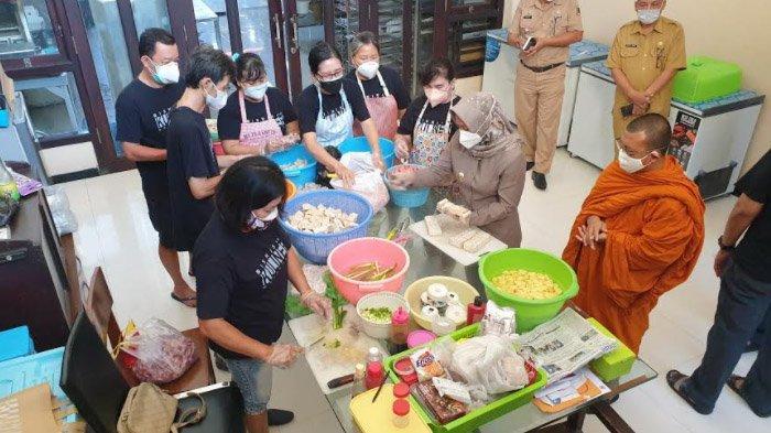 Wali Kota Mojokerto Datangi Dapur Sosial Tionghoa, Puji Solidaritas Sesama Tanpa Memandang Golongan