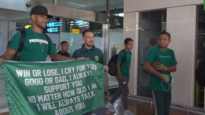 David da Silva Bawa Spanduk di Bandara, Tulisannya Jadi Sorotan, Pesan untuk Persebaya dan Bonek
