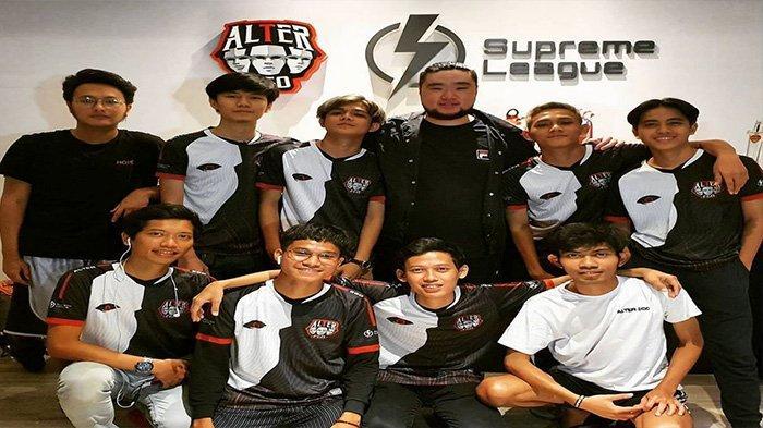 BOS Alter Ego, Delwyn Sukamto (tengah) berpose dengan tim Mobile Legendsnya. Delwyn memprediksi bracket dan juga peta kekuatan tim yang akan berlaga di MPL Invitational, Selasa (17/11/2020).