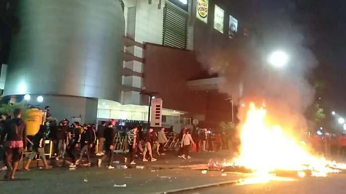 Hingga Kamis Petang Demonstran masih Bertahan di Sekitar Gedung Grahadi, Massa sempat Lempari Polisi