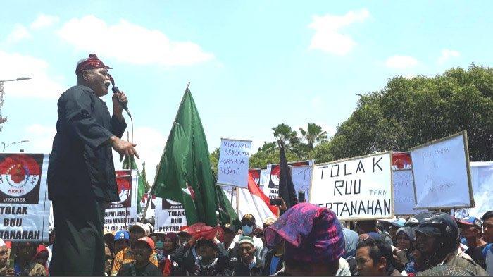 Perempuan Petani di Jember bersama Massa Perjuangkan Sertifikat Tanah, Demo di  Pemkab dan DPRD