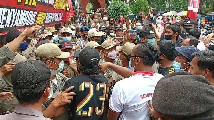 5 Tuntutan PKL Simpang Lima Gumul dalam  Unjuk Rasa di Depan Pendopo Kabupaten Kediri