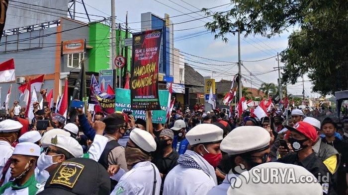 Demonstrasi menolak RUU Omnibus Law Cipta Kerja dan RUU HIP di Bundaran DPRD Jember, Senin (3/8/2020).