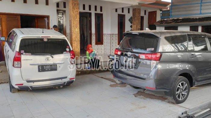 Deretan mobil baru di halaman rumah warga kampung miliarder di Desa Sumurgeneng, Kecamatan Jenu Kabupaten Tuban.