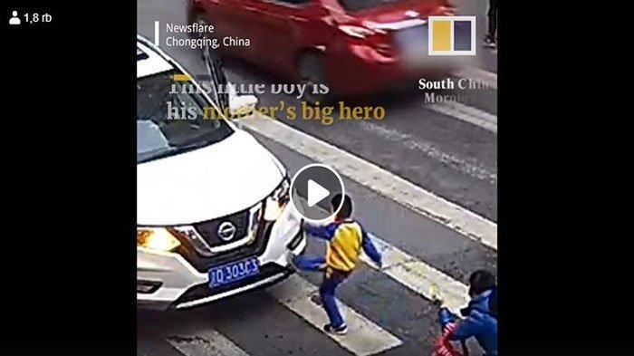 Detik-detik Bocah Tak Terima Ibunya Kena Tabrak, Tendang Mobil Pelaku & Marah-marah Sambil Nangis