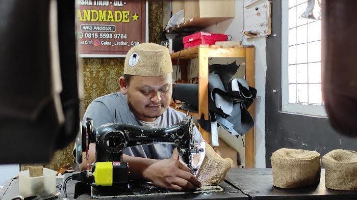 Pria di Blitar Tekuni Kerajinan Unik, Bikin Peci Berbahan Limbah Kain Goni dengan Gambar Bung Karno