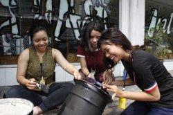 Digital Marketing dari Mahasiswa Universitas Bhayangkara untuk Perajin Tas Intako