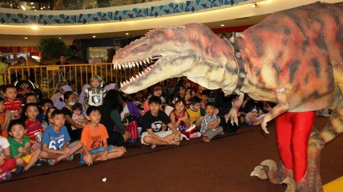 Serunya Anak Panti Asuhan Main Bareng Dinosaurus dan Robot