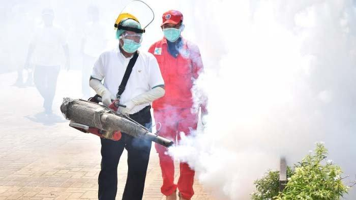 Antisipasi Penyebaran Virus Corona, Bupati Lamongan Fadeli Jadi Petugas Penyemprotan Disinfektan