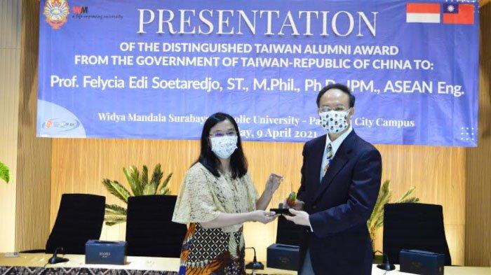 Reaksi Wakil Dekan I Fakultas Teknik UKWMS seusai Menerima Penghargaan Kementerian Pendidikan Taiwan