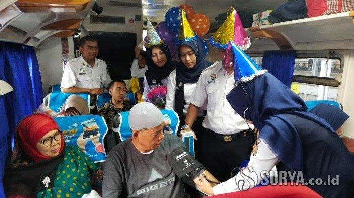 Dokter-dokter Cantik KAI Daop 8 Cek Kesehatan Para Penumpang Kereta Api di Stasiun Pasar Turi