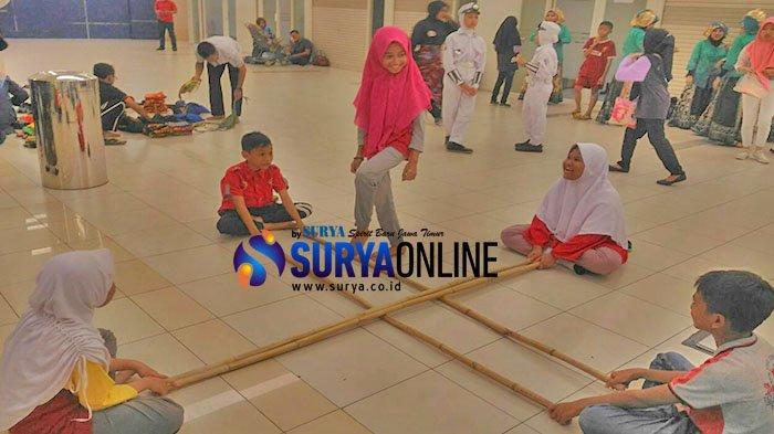 Lestarikan Permainan Tradisional Ratusan Siswa Sd Khadijah Pandegiling Main Rangku Alu Di Mal Surya