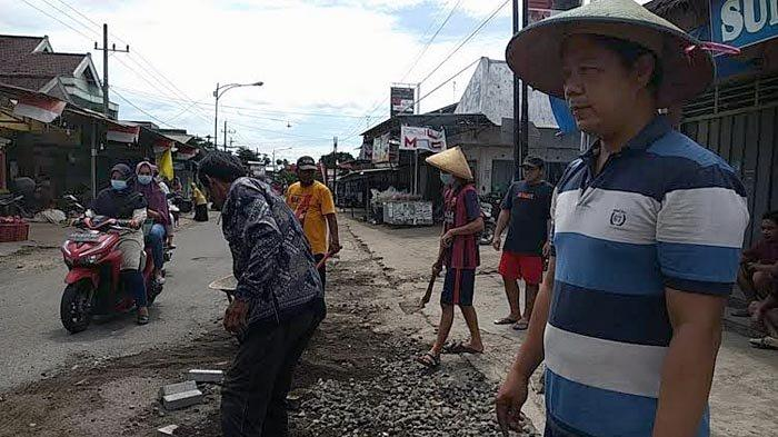 Prihatin Jatuhnya Korban, Nur Hasyim Galang Donasi Paving untuk Menambal Lubang Jalan di Tulungagung
