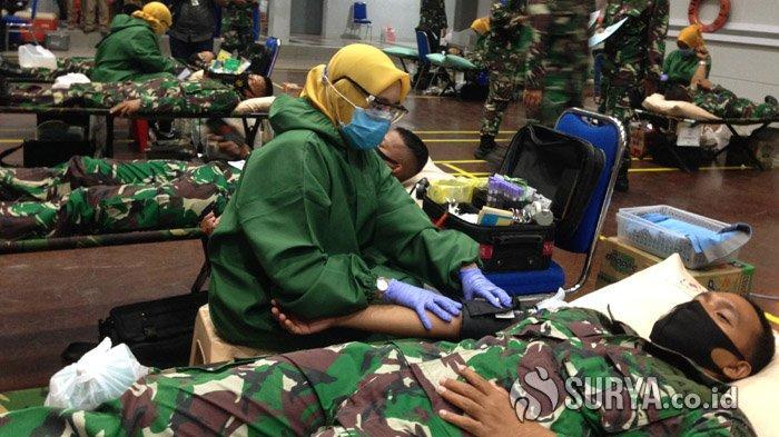 Ratusan Prajurit TNI AL Pasok Kekurangan Darah PMI Surabaya di saat Pandemi