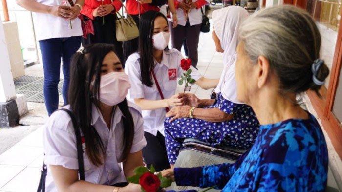 Peringatan Hari Ibu, Srikandi PSI Surabaya Kunjungi Lansia di Panti Wreda Kota Surabaya