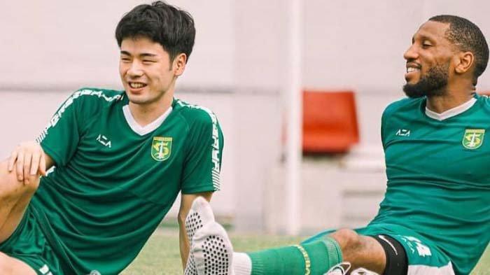 Dua pemain asing Persebaya, Alie Sesay dan Taisei Marukawa. Empat pemain asing Bajul Ijo akhirnya bisa tampil pada laga Persebaya vs Tira Persikabo