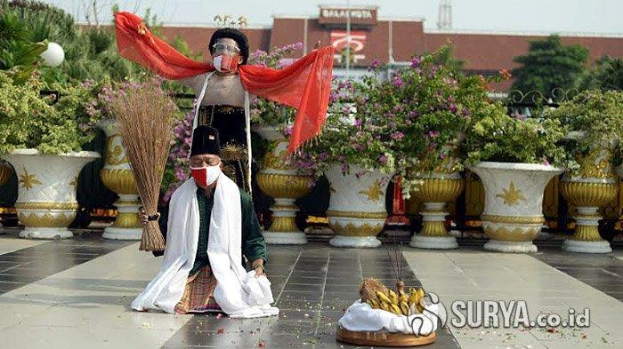 Seniman Surabaya Bikin Pertunjukan Khusus di Balai Kota, Antarkan Risma ke Kemensos RI