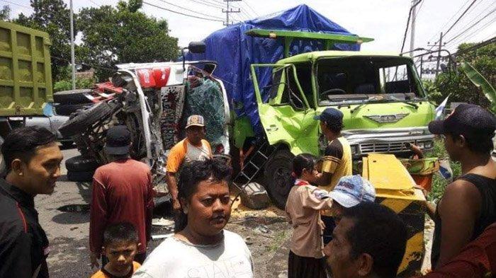 Ban Pecah, Dump Truk di Ngoro Seruduk Tronton