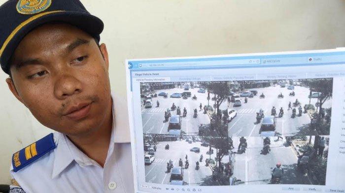Ilustrasi penerapan CCTV e-tilang di Kota Surabaya. Dishub Kota Surabaya bersama Satlantas Polrestabes Surabaya menggelar tilang on the spot (tilang ditempat) bagi pengendara yang tertangkap CCTV langgar lalu lintas di Simpang Kertajaya dan Dharmawangsa, Kamis (26/7/2018).