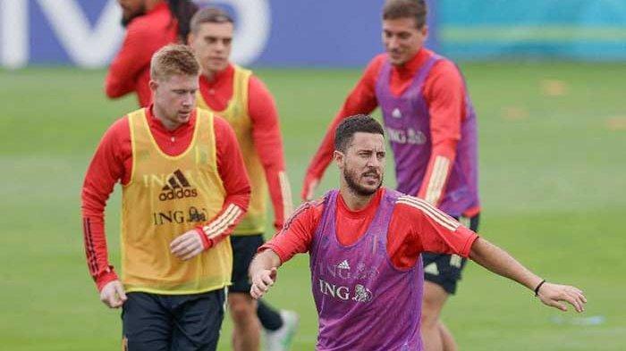 Eden Hazard dan Kevin de Bruyne (kiri) saat menjalani sesi latihan bersama tim Belgia jelang lawan Swiss di perempat final EURO 2020.