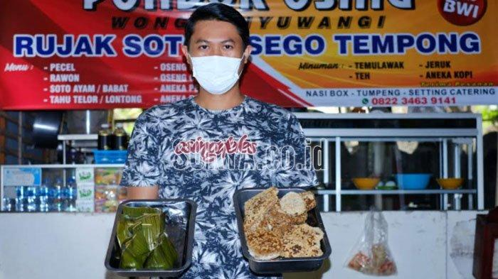 Eko Putro Heri Kurniawan menunjukkan sarang tawon yang menjadi bahan utama sajian Pincukan Tawon olahan Warung Pondok Osing di Jalan Raya Dieng Kota Batu.