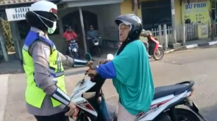 Kisah di Balik Video Viral Emak-emak Marahi Polwan, Ternyata Ia Pernah Ngamuk saat Ditilang