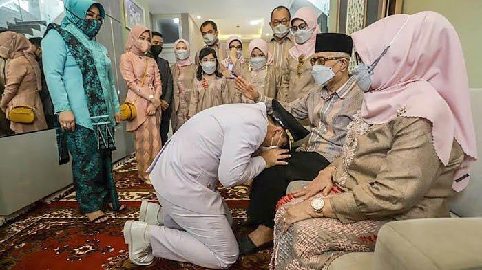 Membaca Al-Fatihah, Orang Tua Berangkatkan Eri Cahyadi Dilantik Jadi Wali Kota Surabaya